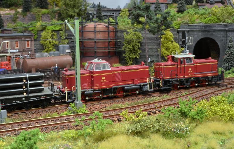 treinverkeer in schwarzburgeven later gaat dieter op weg en na een uurtje passeren dieter en zijn collega uit katzenm�hle met hun sleep buizenwagens het station van schwarzburg,
